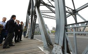 一根位于桥中部的桁架发生变形。澎湃新闻记者 赖鑫琳 图