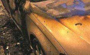 暖闻|轿车路上自燃,福州交警冒爆炸危险将车开至人少处灭火