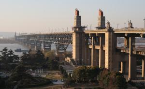 南京长江大桥公路桥由上海铁路局移交南京市,修桥现实质进展