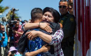 当地时间4月30日,在墨西哥蒂华纳,美国边境巡逻队暂时开放边境墙后,居住在美墨边境墙两边的亲人们得以团聚3分钟。虽然时间短暂,但来自6个家庭的亲人们依然激动不已,他们相互拥抱并合影留念。  本图集图片均来自 视觉中国