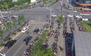 """南京一地铁站长期被""""车海""""淹没:两千多辆非机动车占道停放"""