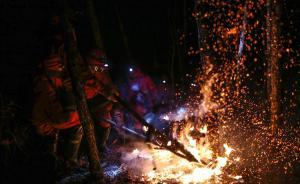 经过9000多名扑火人员三天三夜的全力扑救,5月5日12时,内蒙古大兴安岭毕拉河特大森林火灾实现全面合围,外围明火全面扑灭,火灾得到全面封控。目前转入火场清理和看守阶段。图为5月4日深夜,武警内蒙古大兴安岭森林支队官兵忙碌在火场一线。  本图集图片均来自 通讯员程雪力