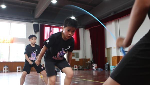 上海一小学生跳绳成绩追平世界纪录,30秒内跳了111下