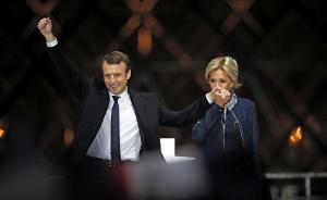"""当地时间5月8日凌晨,法国多家民调机构7日晚公布的预测结果显示,""""前进""""运动候选人埃马纽埃尔·马克龙在2017年法国总统选举第二轮投票中获得超过65%的选票,领先极右翼政党""""国民阵线""""候选人玛丽娜·勒庞,当选法兰西第五共和国第8位总统。马克龙现年39岁,样貌英俊,拥有众多女性粉丝,被称为法国政坛新星。他的婚姻生活一直颇受舆论关注。  视觉中国 图"""