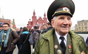 2017年5月9日是苏联卫国战争胜利72周年。俄罗斯国防部称,此前有13万官兵和2000多辆军车在为阅兵、节日烟火和盛大的庆祝活动做着准备。图为一位老兵来到莫斯科红场观看胜利日阅兵。  视觉中国 图