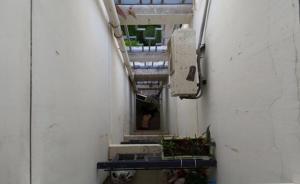 上海宝山一小区今早发生坠楼事件,一名女子当场死亡