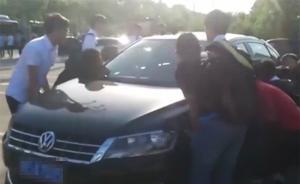 私家车违停门口影响拍毕业照,安徽工大学生齐力把车抬走