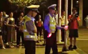 成都两男子穿警服街头跳舞帮人求婚,警方称系假冒、介入调查