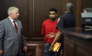 当地时间2017年5月19日,美国曼哈顿,纽约时报广场肇事司机Richard Rojas在曼哈顿刑事法庭受审。美国纽约时报广场18日突发汽车冲撞行人事件,导致1人死亡、22人受伤。肇事司机于19日出庭受审,被控二级谋杀,20项谋杀未遂等罪。视觉中国 图
