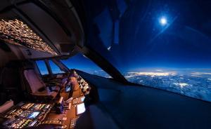2016年12月,加拿大当空的一轮皓月照亮了地上皑皑白雪。