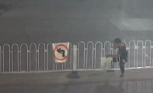 """安徽男子为抄近道玩""""缩骨功""""被卡护栏,民警到场将其救出"""