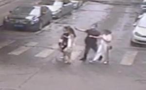 """温州中年男子当街朝姑娘喷辣椒水自称""""测效果"""",已被行拘"""