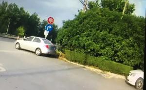 司机如厕后发现被贴罚单不服,民警:车停在加油站出口很危险