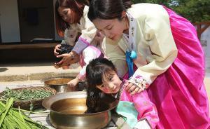 当地时间2017年5月28日,韩国龙仁,韩国民俗村举办端午节活动,儿童们用菖蒲水洗头。韩国的端午祭由舞蹈、萨满祭祀、民间艺术展示等构成。东方IC 图