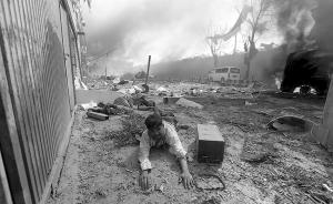 当天是斋月第五天,这起爆炸是进入斋月以来发生在首都喀布尔的第一起爆炸。图为爆炸现场(图片经黑白处理)。视觉中国 图