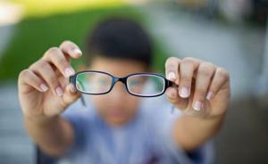 """中国青少年近视率全球第一,专家称""""电子保姆""""是罪魁祸首"""