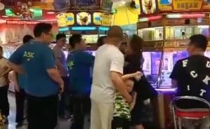 游戏厅内一女子连连挥拳猛击另一女子,事件原因警方仍在查