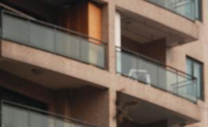 北京一租客打扫阳台时坠亡,房东未告知隐性缺陷判赔12万元