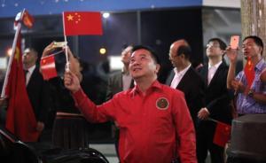 6月12日,在巴拿马首都巴拿马城的华人社区,人们在巴拿马与中国建交的庆祝活动上观看烟花。