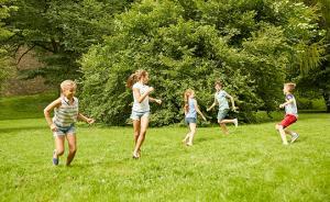 想给孩子一个自由放养的暑假?你得扛得住朋友圈的压力
