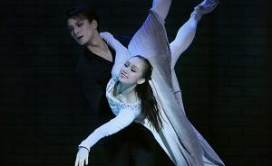 这部芭蕾版《哈姆雷特》,穿黑西装配牛仔裤