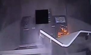 银行卡没钱男子撒气:浇汽油火烧取款机