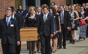 早安,全世界都在看↑从朝鲜获释的美国大学生葬礼举行