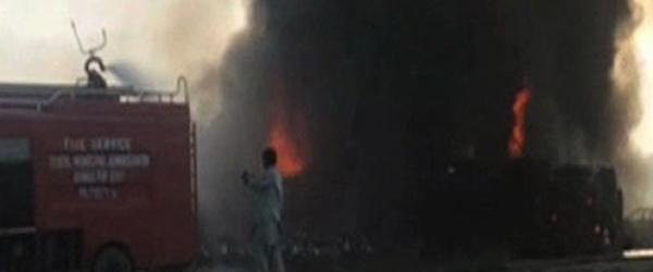 巴基斯坦油罐车翻车起火已致153死,初查系有人点香烟引发
