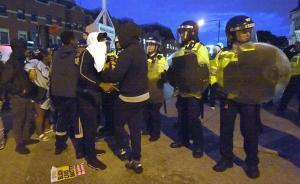 """伦敦市民抗议""""警察执法致黑人死亡"""":警察局外爆发暴力冲突"""