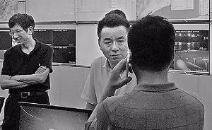 杭州防汛办副主任5天没离开过指挥部,妻女借送衣服来见面