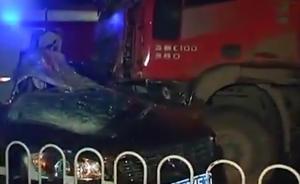 沃尔沃疑超车,遭俩货车夹扁致车内2死