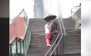 战士雨中为残疾乞讨者撑伞下天桥