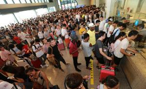 7月6日,因湖南部分地区持续强降雨,京广高铁汨罗东至长沙南站间产生水害,导致京广高铁武汉至广州区间旅客列车停运。截止12时,武汉火车站共134趟列车停运,3万余名旅客滞留站区。 图为武汉火车站旅客有序办理退票。东方IC 图