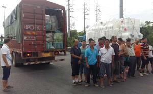 一辆满载蔬菜的货车被拦停下来22名菜农,司机被罚200元