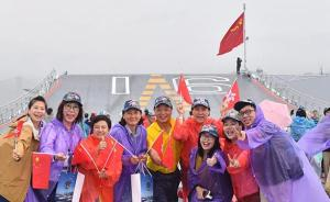 驻港部队继续举行军营开放活动,香港市民争睹航母编队属舰