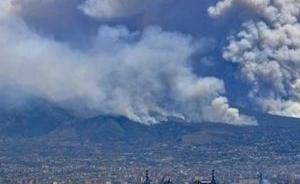 维苏威火山又双叒叕冒烟了,已有居民撤离