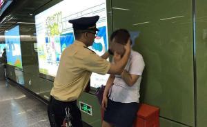 暖闻|广州地铁早高峰女乘客昏厥,4名工作人员施救
