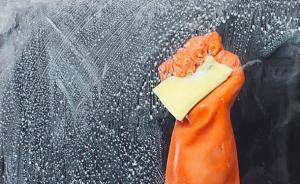 哈尔滨16岁女孩大风天擦窗坠下15楼,所幸被空调夹缝接住