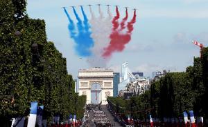 当地时间2017年7月14日,法国巴黎,法国举行盛大阅兵庆祝国庆日。报道称,约3500名法国士兵列队从凯旋门出发,穿过香榭丽舍大街,并抵达协和广场。视觉中国 图