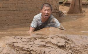 7月25日晚至26日上午,陕北地区普降暴雨,部分地区发生洪涝灾害,其中榆林市绥德县和子洲县受灾最为严重。灾害发生后,陕西省民政厅启动《省自然灾害救助应急预案》四级响应,紧急向榆林市调拨5000床毛巾被,安排好受灾民众生活救助工作。图为绥德县城村民在转移过程中,陷入淤泥,大声求救。视觉中国 图