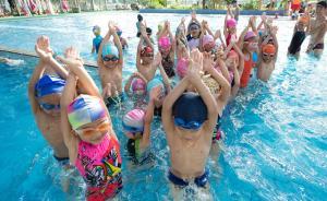 """7月27日,在杭州陈经纶体校游泳馆,大批青少年利用暑假来此训练。 陈经纶体校游泳队创建于1959年,为国家和各级游泳队输送了大量的优秀运动员,是奥运冠军罗雪娟、孙杨、叶诗文的母校,因此被称为""""游泳世界冠军的摇篮""""。图为少年学员在杭州陈经纶体校游泳馆进行训练。新华社 图   责任编辑 李晶昀"""