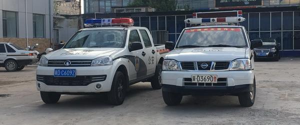 """媒体:正规的人民警察坐着""""冒牌""""警车执法,何来执法公信力"""