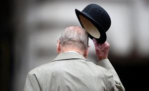 当地时间2017年8月2日,英国伦敦,菲利普亲王在白金汉宫出席英国皇家海军陆战队慈善巡游活动,这也将是其最后一次参加公众活动,菲利普亲王将正式退休,全面卸下所有王室职务结束长达65年公职。视觉中国 图