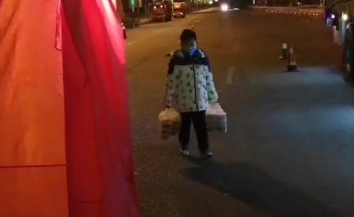 三年级男孩每晚为防疫值班人员送夜宵,父亲:希望他懂得感恩