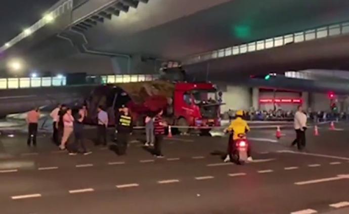 超高貨車撞塌杭州慶春路天橋,兩司機被提起公訴