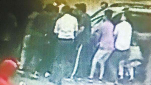 郑州街头女子被卷车底大伙抬车施救,被成功救出无大碍