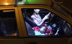 带娃开夜班出租的武汉单亲妈妈:车祸后失业,彷徨中仍在坚持