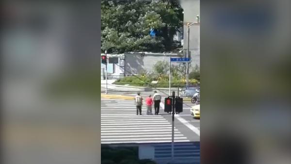 警察搀扶腿脚不便的老人过马路(最终版)