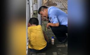 暖闻|男孩挨训死抱路边护栏,民警劝慰半小时跟母亲回家