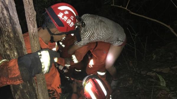 瑞安:轿车摔下悬崖,司机被甩到半山腰
